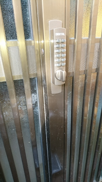 従来の引違戸錠より扉からの飛び出し量は多くなります。