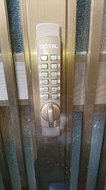 扉の外側の画像です。 鍵を開ける際には設定した暗証番号を押して頂き、つまみを回すと開きます。 鍵を閉める時はつまみを回すと掛かります。