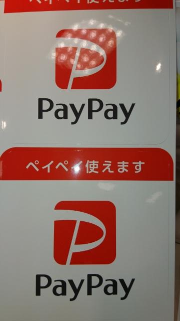 PayPay利用可能店舗には、店頭や店内にこのようなステッカーが貼られています。