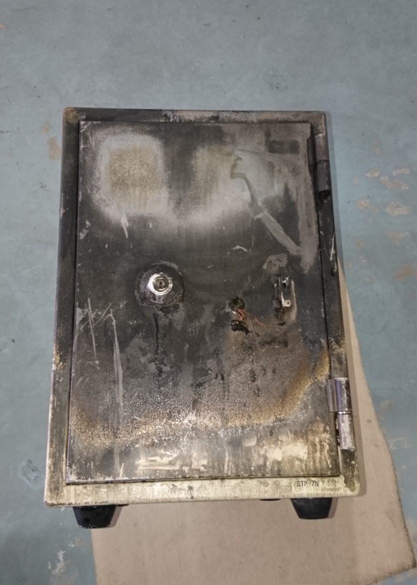 扉表面が焼けてしまい,テンキ-部も焼失した金庫です