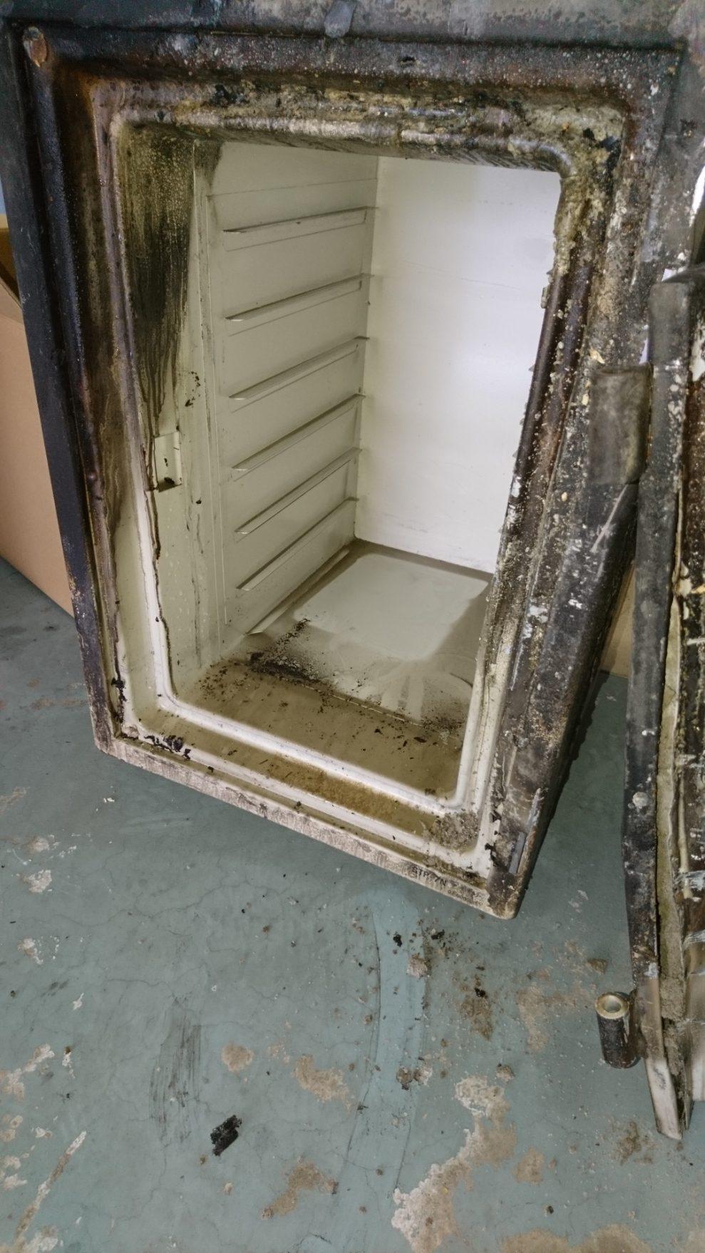金庫内部は、一部がすすで汚れていましたが、内部が解けたり焼損している事は無かったです。